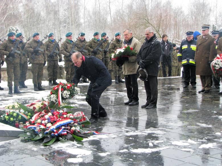 Łambinowice - złożenie kwiatów pod pomnikiem 2018.jpeg