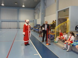 Galeria Święty Mikołaj ze słodkimi upominkami u najmłodszych piłkarzy