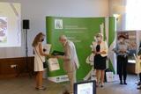 Wręczenie nagrody przez Dyrektora OR KRUS w Opolu Lecha Waloszczyka laureatce Konkursu Plastycznego.jpeg