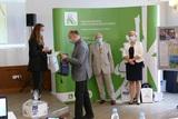Wręczenie nagrody przez Opolskiego Inspektora Pracy Arkadiusza Kapuścika laureatce Konkursu Plastycznego (2).jpeg