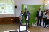 Wręczenie nagrody przez Zastępcę Dyrektora OR KRUS w Opolu Piotra Cionę laureatowi Konkursu Plastycznego.jpeg